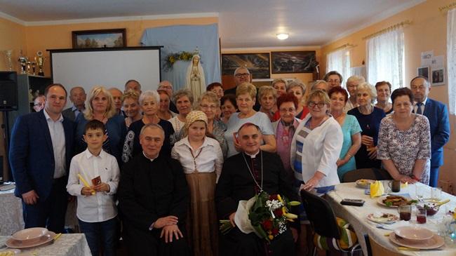 Oglądasz obraz z artykułu: Ks. biskup K. Włodarczyk u seniorów w Rymaniu
