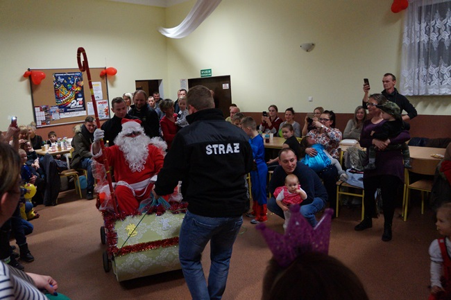 Oglądasz obraz z artykułu: Mikołaj na sali wiejskiej w Gorawinie