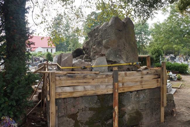 Oglądasz obraz z artykułu: Kapsuła czasu na cmentarzu w Rymaniu