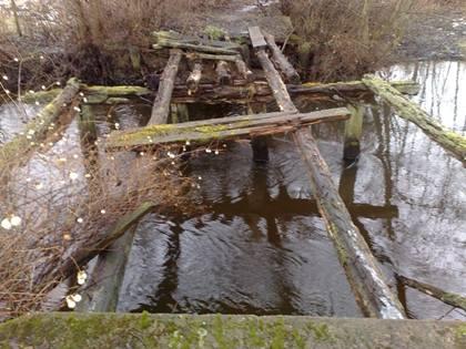 Droga do zamku - zniszczony mostek.